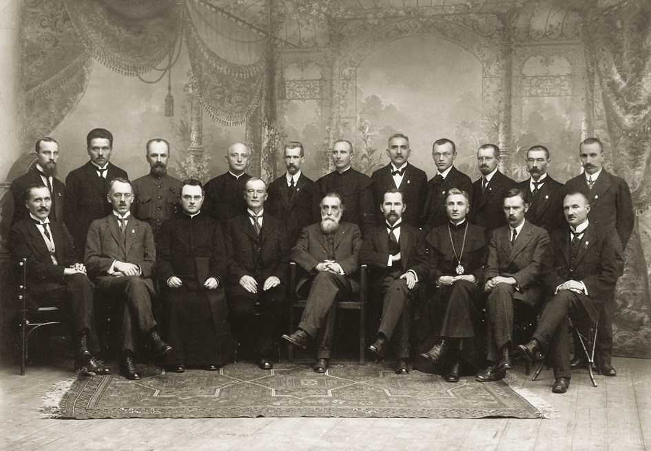 Old picture of 20 important men who signed the declaration of Independence of Lithuania in 1918
