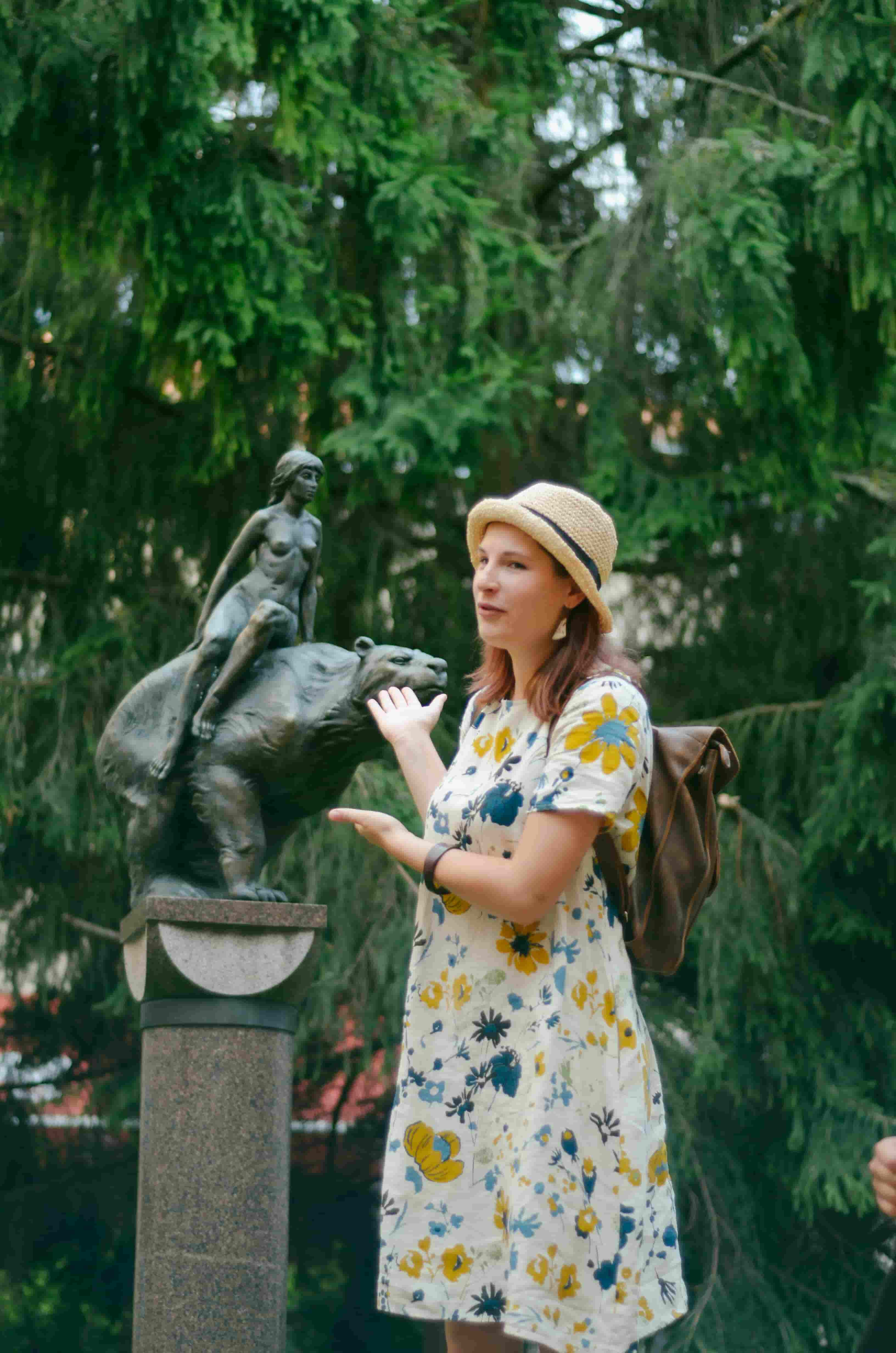 Talking about the statute on Vilnius free walking tour in on of the courtyards of Vilnius